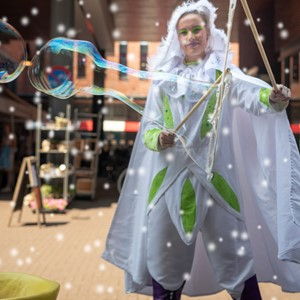 winter straattheater: zeepbellen elf